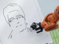 Робот помог художнику рисовать одновременно в разных городах