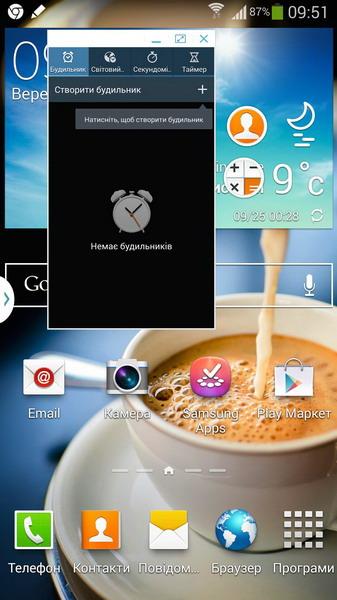 Так выглядит нарисованное окно для приложения (Часы) и два кружочках уже свёрнутых (Контакты и Калькулятор)