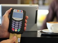 Половина случаев хищений данных с банковских карт происходит в магазинах