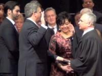 Американский политик принял присягу на электронной Библии