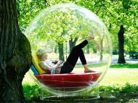 В специальном шаре можно слушать музыку, не мешая окружающим