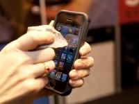 Сапфировое покрытие для экрана от Apple не удалось поцарапать даже кирпичом