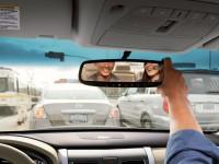 Nissan создала зеркало заднего вида, которое «видит» дорогу через пассажиров в салоне авто
