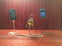Фокусник собирает деньги на левитирующий телефон