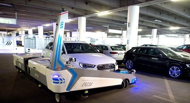 Парковщик перемещает авто на свободное место