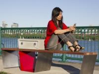 Скамейка с солнечными батареями заряжает телефон прямо в парке