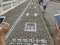 На китайских тротуарах появились отдельные дорожки для пользователей смартфонов