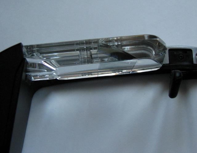 Толстые прозрачные стёкла толщиной около 10 мм содержат по центру встроенные дисплеи на базе поликремниевой активной матрицы размером примерно 13х16 мм