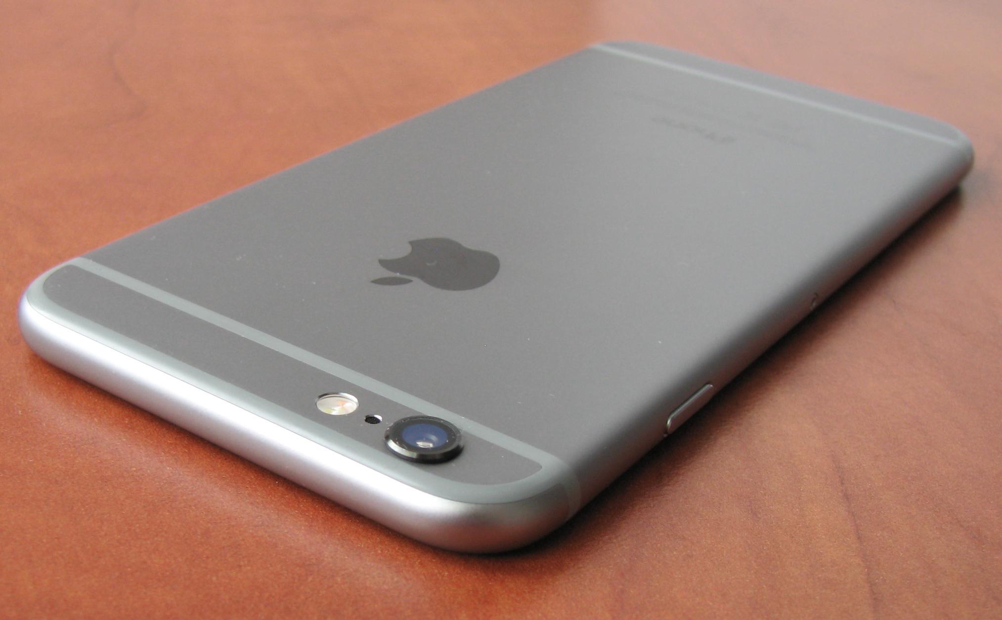 Камера iPhone 6 выступает примерно на миллиметр над задней стенкой корпуса