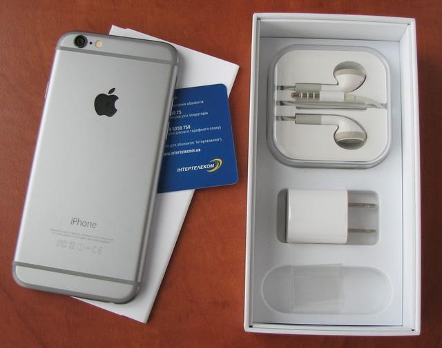 Кроме самого смартфона в комплекте есть кабель, зарядное устройство и наушники