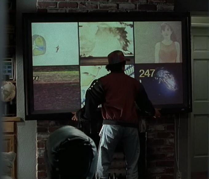 В доме Марти  МакФлая на стене висит огромный плоский телевизор с голосовым управлением