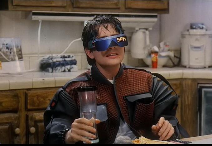 Младший МакФлай смотрит телевизор- очки, это же устройство использует для телефонной связи
