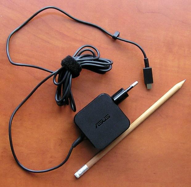 В комплекте с EeeBook X205TA поставляется легкий и компактный блок питания, что очень удобно в поездках