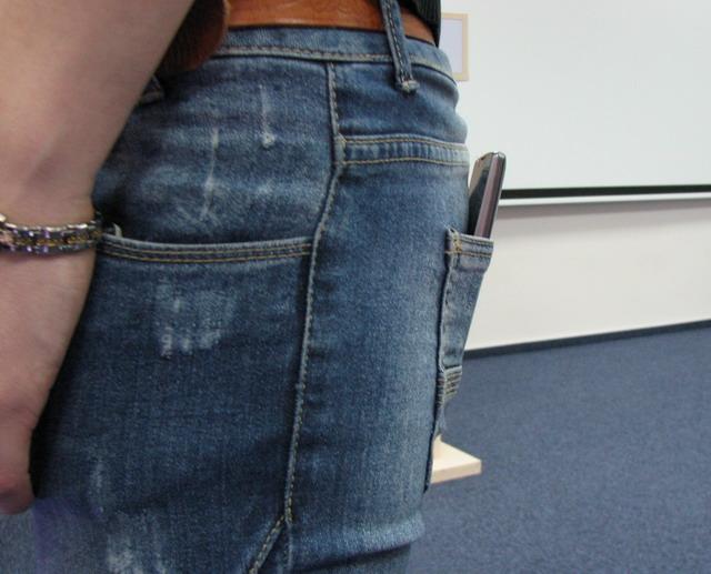 Изогнутый телефон более удобен для ношения в заднем кармане брюк