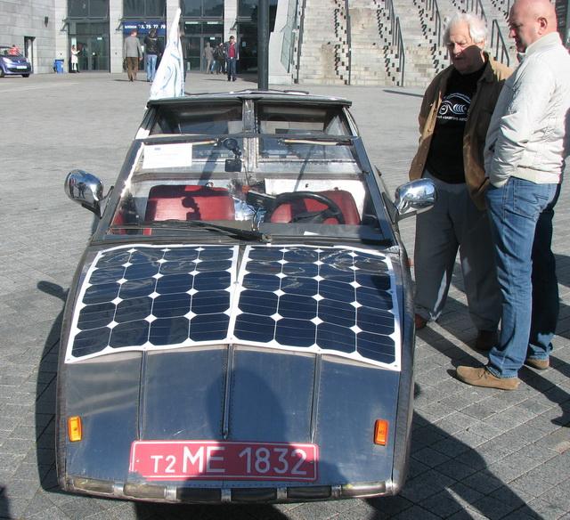 В автопробеге принимали участие полностью самодельные электромобили. На капоте и на крыше размещены солнечные панели для подзарядки аккумуляторов