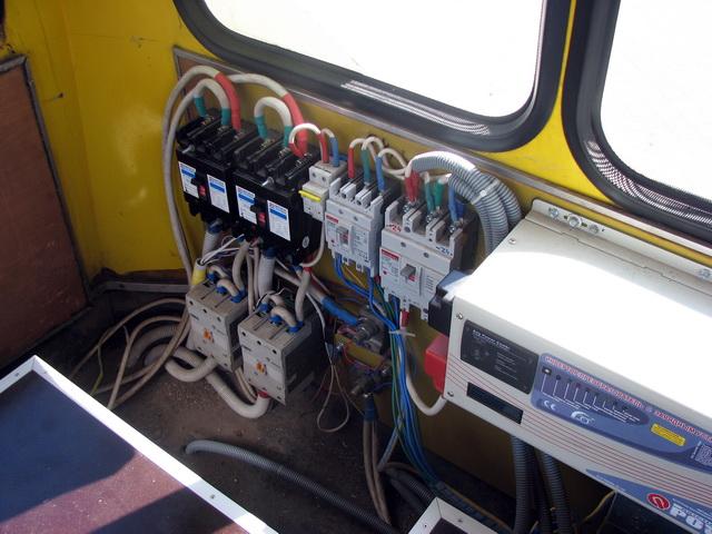 Контролер и зарядные устройства прикреплены на боковой стенке салона