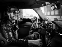 Видео: BMW показала очки MINI Augmented Vision, в которых можно смотреть сквозь машину