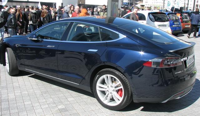 Модель Tesla S — «феррари» в классе электромобилей.