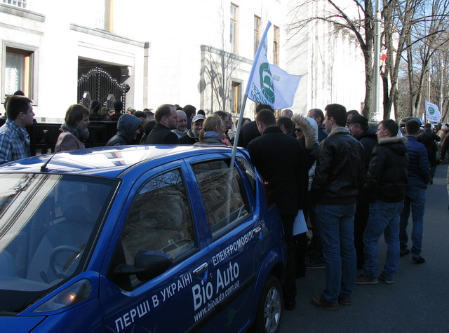Во время автопробега элетромобилисты решили напомнить Парламенту о необходимости обратить внимание на преимущества электротранспорта.