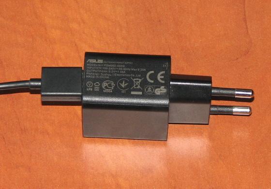 T100 Chi поставляется с миниатюрным и легким сетевым адаптером