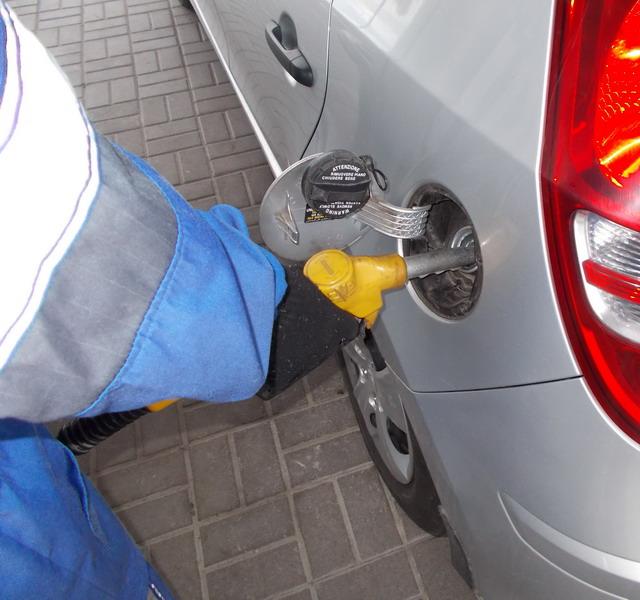 Если заправщик поможет вам и вставит пистолет в горловину бензобака, то вы сможете оплатить бензин и заправиться, не выходя из машины