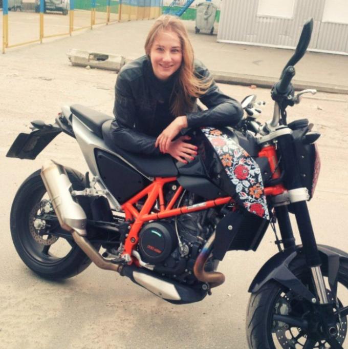 Виктория не только занимается благотворительностью, но и любит мотоциклы