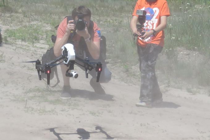 Во время взлет квадрокоптер создает мощный воздушный поток и поднимает тучи пыли, которые могут запылить объектив камеры. поэтому запуск аппарат лучше осуществлять с защищенной от пыли поверхности. Например, положить на замлю кусок брезента