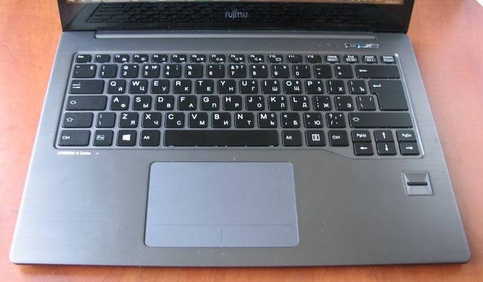 Устройство оснащено клавиатурой с подсветкой со стандартными по размеру клавишами, причем даже кнопки навигации, а также PgUp и PgDn) — тоже полноразмерные, а не уменьшенные вполовину