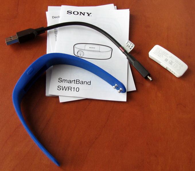 В комплект поставки, помимо основного модуля и резинового браслета, входит USB-кабель для зарядки гаджета и очень краткая инструкция по эксплуатации