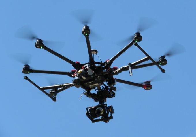 На октакоптер DJI S1000+, способный поднимать в воздухе до 11 кг полезной нагрузки, можно подвешивать собственную камеру. Подвес даёт возможность крутить её в любой плоскости на 360°