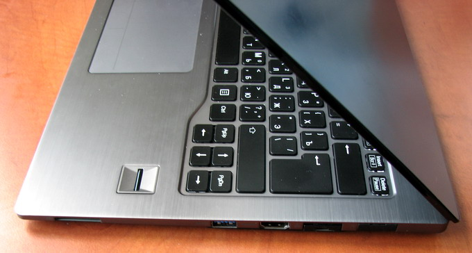 C правой стороны расположены порты USB 3.0, HDMI и разъем Ethernet