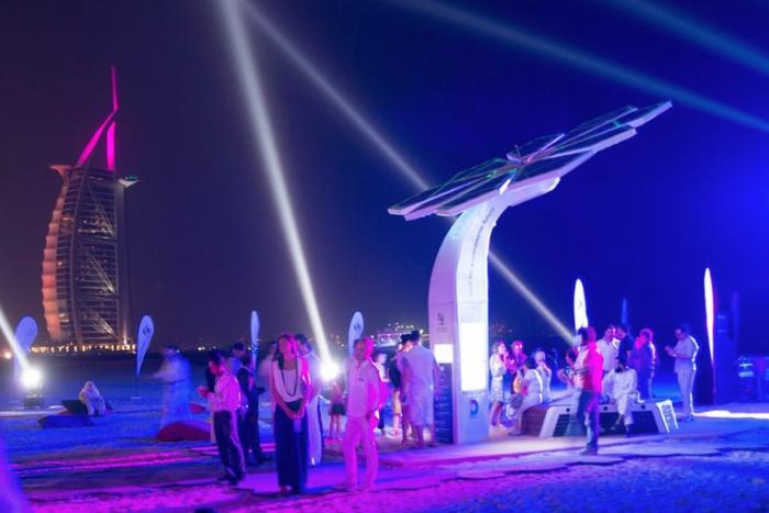 В Дубаи «пальмы» на солнечных батареях будут заряжать гаджеты и раздавать Wi-Fi