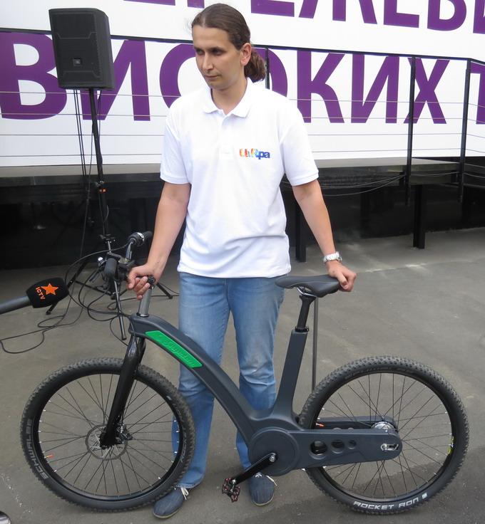 Раму електровелосипеду виконано з карбону