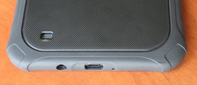 На нижней грани расположены разъемы для подключения гарнитуры и Micro USB, которые не защищены какими-либо резиновыми заглушками.