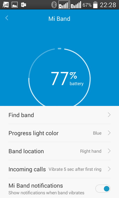 Заряд батареи Xiaomi Mi Band можно проверять  с помощью приложения  Mi Fit  на экране смартфона