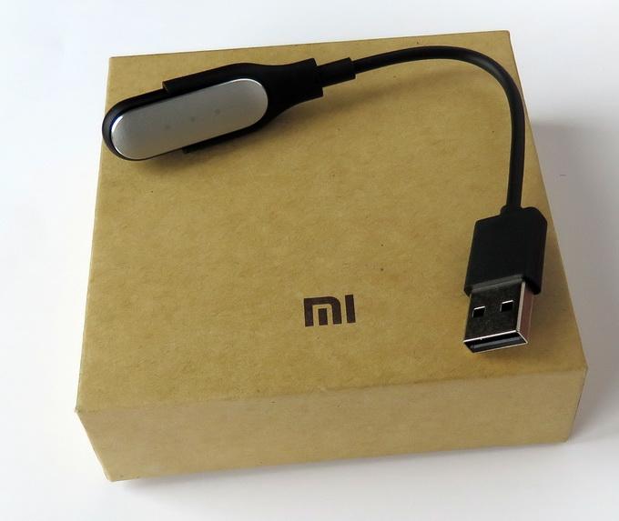 Подзарядка фитнес-браслета выполняется с помощью USB-кабеля