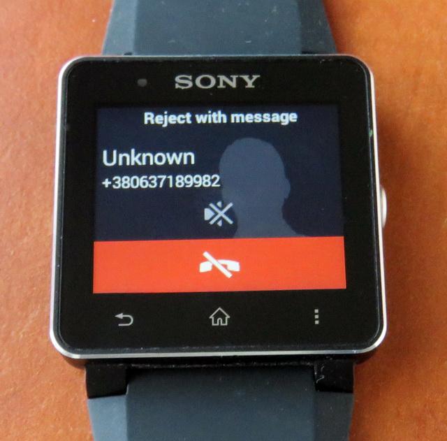 Пользователь может отклонить вызов, отключить звонок на смартфоне и виброзвонок на смарт-часах, притом не отклоняя вызов, или же отклонить вызов, отослав шаблонный SMS типа «Я занят, позвоните позже