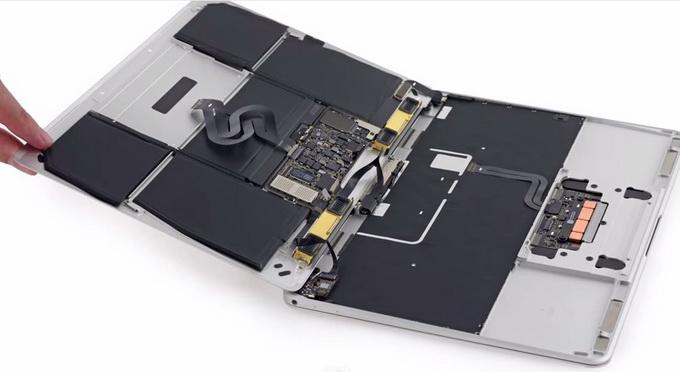 Встроенный литиево-полимерный аккумулятор ёмкостью 39,7 Вт∙ч обеспечивает свыше 8 часов автономной работы