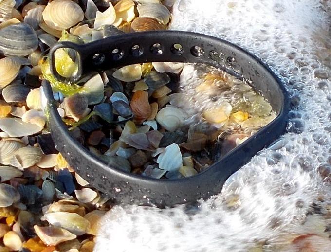 Устройство защищено от влаги и пыли согласно стандарту IP67, это означает, что оно пыленепроницаемое и допускает погружение в воду на глубину до 1 метра