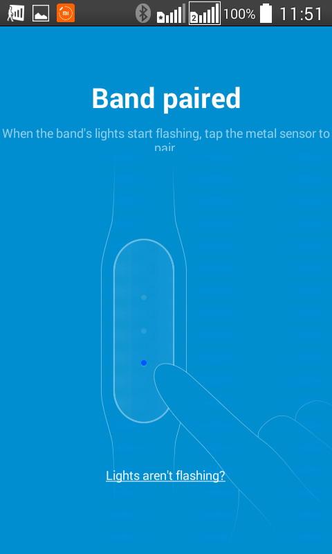 При сопряжении браслета необходимо несколько раз постучать пальцем по металлическому сенсору гаджета, пока там отображаются бегущие огни трех светодиодов