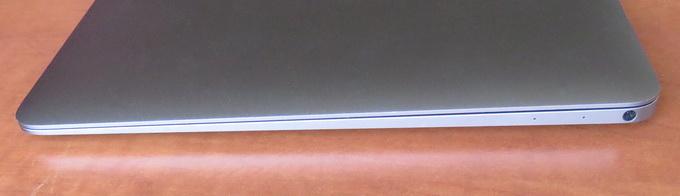 На правой боковой грани устройства размещен выход для наушников
