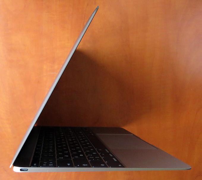 """MacBook 12"""" Retina весит лишь 920 г, а толщина его составляет всего 13,1 мм —  это на 160 г легче и на 4 мм тоньше, чем 11-дюймовый MacBook Air."""