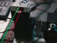 Марк Цукерберг продемонстрировал лазерную технологию, над которой работает Facebook