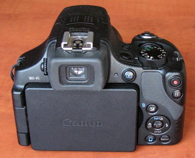 Элементы управления на тыльной стороне камеры аналогичны многим другим аппаратам от Canon