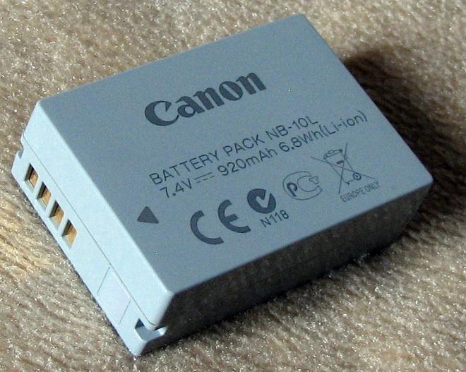 Нестандартный форм-фактор аккумулятора не позволяет использовать стандартные батарейки в случае необходимости