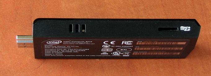 На одной боковой грани размещен слот MicroSD