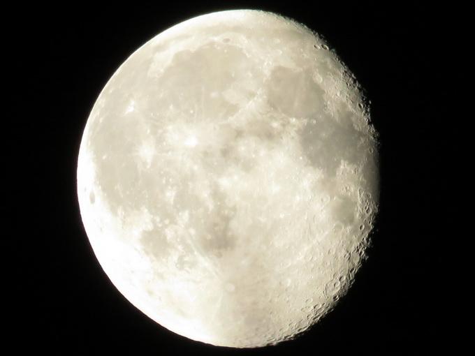 Снимок Луны в полнолуние, сделанный с помощью Canon PowerShot SX60 HS, без использования штатива. Хорошо заметны кратеры на правом контуре