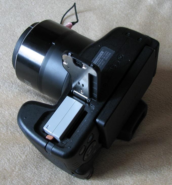 Камера Canon PowerShot SX60 HS работает от аккмулятора, которого хватает примерно на три сотни снимков