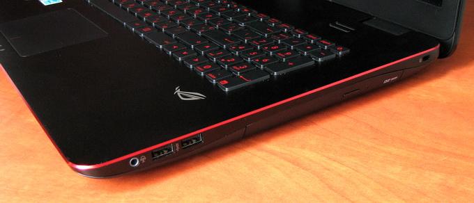 Справа размещены два порта USB 3.0, комбо-разъем для наушников и микрофона, а также DVD-привод