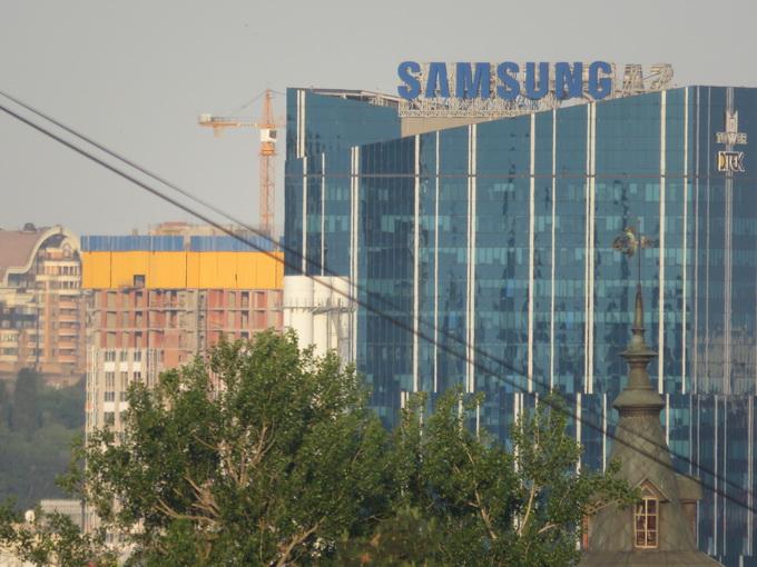 Бизнес-центр 101 Tower, снятый с расстояния примерно 4 км. Из-за дымки в воздухе изображение получилось несколько смазанным. Фото сделано без штатива